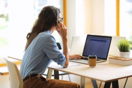 En kvinne som jobber på datamaskinen