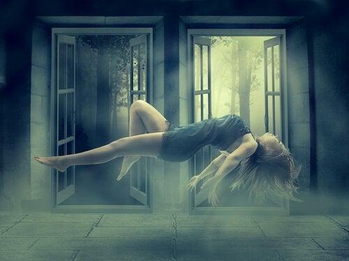 kvinne ligger i løse luften