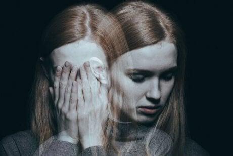 En kvinne sliter med psykiske helseproblemer