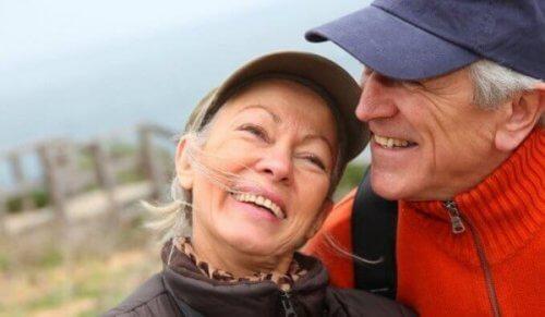 lykkelig eldre par