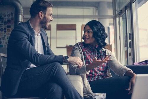 Mann og kvinne som snakker.