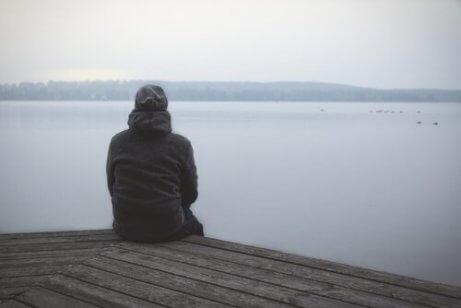 En mann som ser på vannet for å unngå digital demens