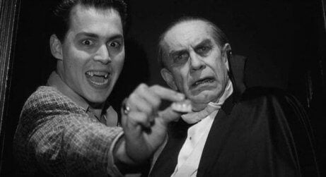 Johnny Depp holder et par falske tenner i hånden i Ed Wood-filmen