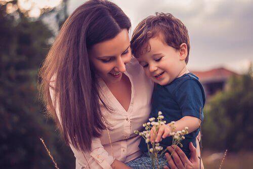 Mor og barn ser på blomster