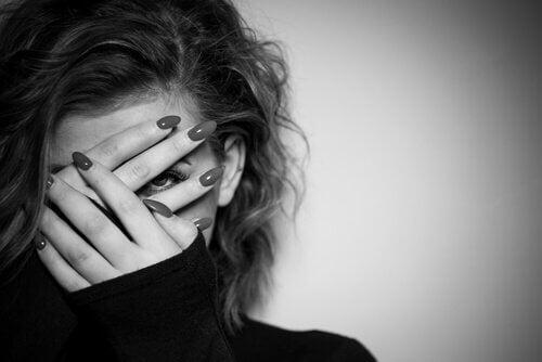 Kvinne skjuler ansiktet