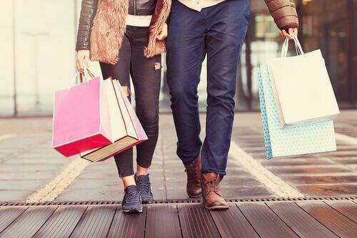 Par som er på handletur.