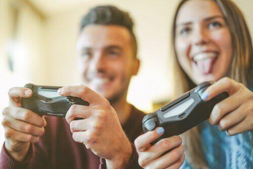 Par som spiller videospill som en hobby sammen.