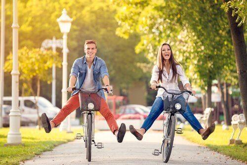 Par som sykler sammen.
