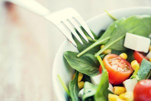 Salat og gaffel.