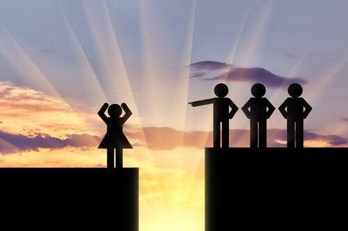 sammenhengen mellom lederskap og kvinnelig diskriminering