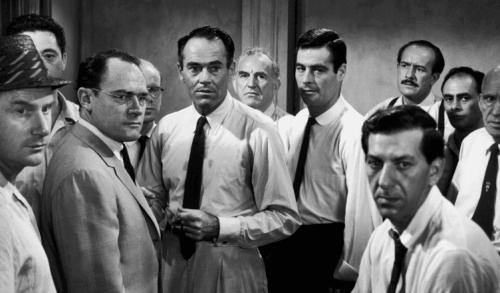 Scene fra 12 edsvorne menn.
