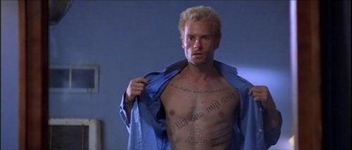 Scene fra filmen Memento, psykopatologi.