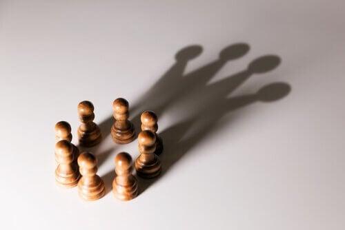 Sjakkbrikker formet i sirkel.