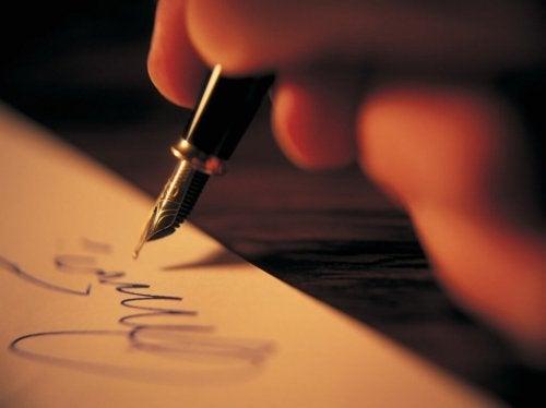 Skrive et dikt på papir.