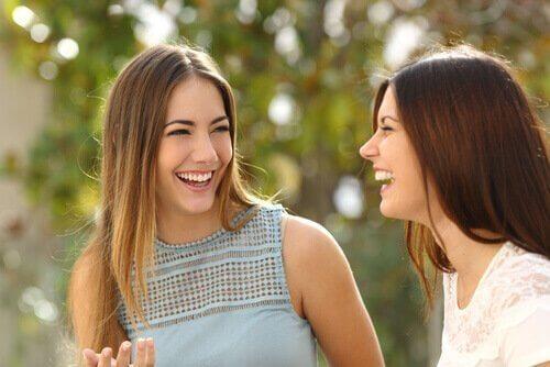 To jenter bruker selvavsløring.
