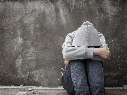 Person som lider av amotivasjonssyndrom og dets symptomer.