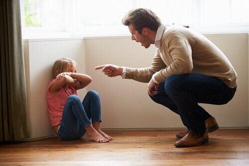 Å rope til barnet ditt er ikke positivt når det gjelder å oppdra barn.