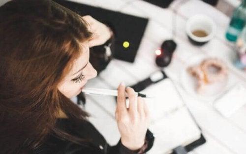 Emosjonell intelligens på arbeidsplassen: Kvinne tenker på arbeid