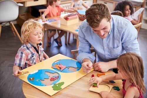 Barn lærer seg gjennom Montessori-metoden.