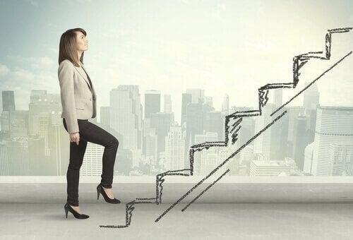 En forretningskvinne går opp trappen mot høy ytelse