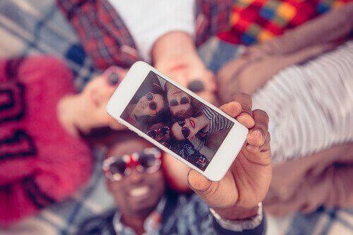 En gruppe av snøfnugg-generasjonen som tar en selfie.