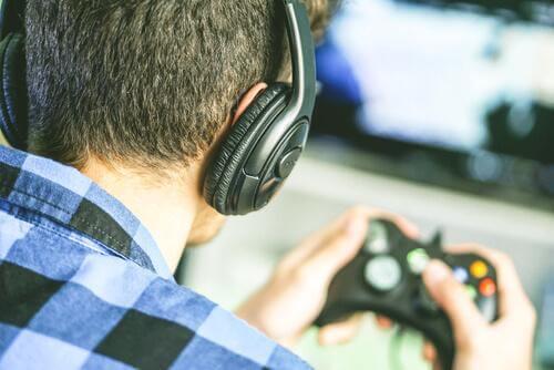 En gutt som spiller videospill.
