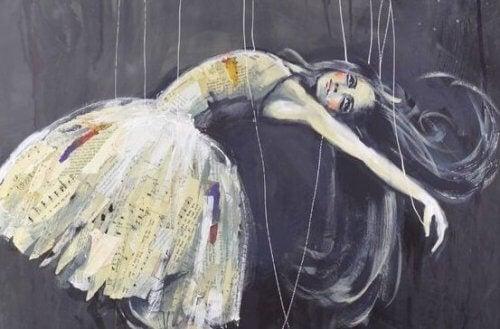 En kvinne blir holdt opp av strenger, som en marionett.