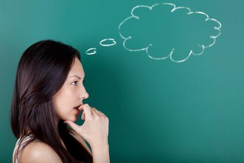En kvinne med en trukket sky over hodet hennes.