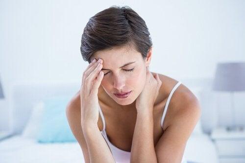En kvinne med migrene.