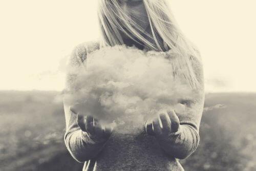 En kvinne som holder en sky.