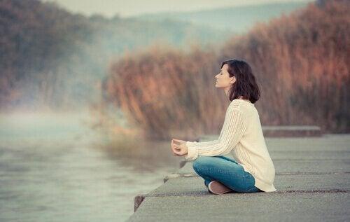 En kvinne som utøver mindfulness for de arbeidsledige.
