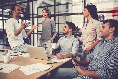 En leder som snakker med sitt team av arbeidere.