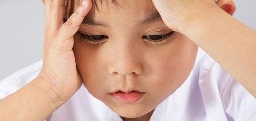 En liten gutt ser bekymret ut.
