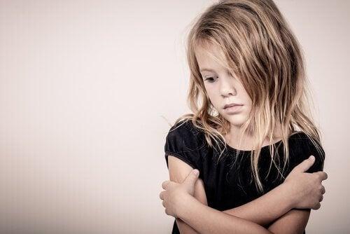 En sørgende jente.