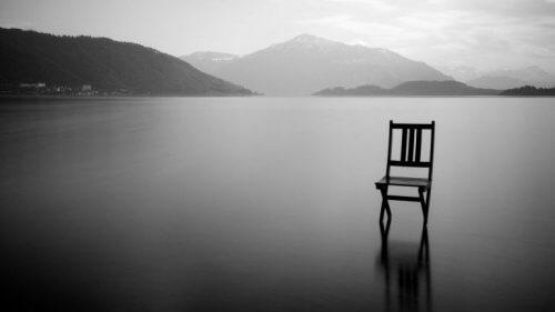 En stol på en tom innsjø kan være en meditasjonstilflukt