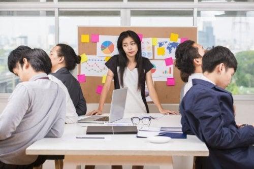 Likegyldighet er bare en av de mange negative holdninger som en arbeidszombie kan spre seg på arbeidsplassen.