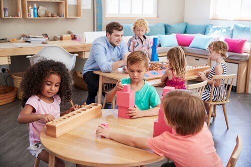 Maria Montessori: Kvinnen som forandret verdenen av utdanning