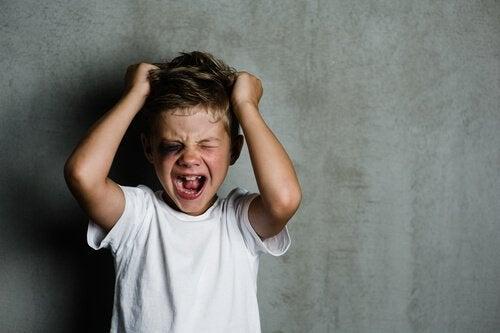 Psykopati hos barn har mange tegn, inkludert mangel på empati.