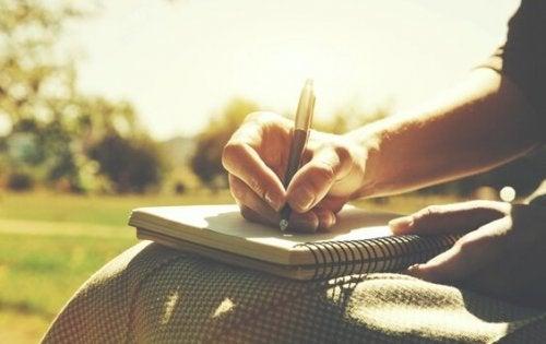 Skriv ned hva du føler for å forbedre kommunikasjonen i et forhold.