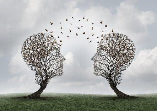 To trær i form av menneskelige hoder med fugler mellom.