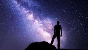 En mann og universet.