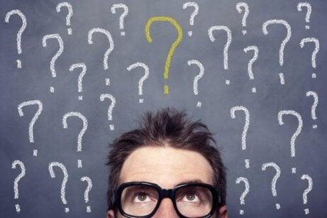 En fyr med spørsmålstegn over hodet sitt