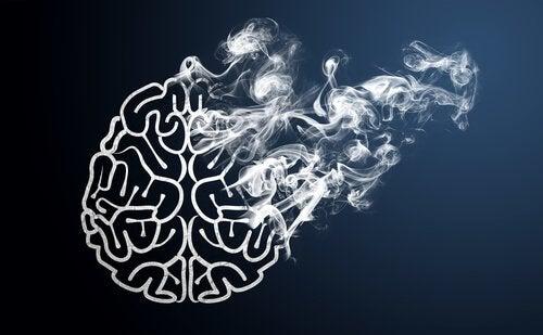 Hjerne som forsvinner i røyk.