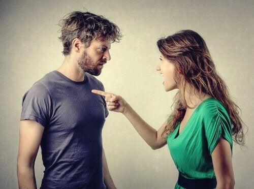 Kvinne beskylder en mann for noe.