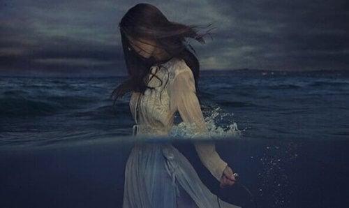 Kvinne som går i vannet.