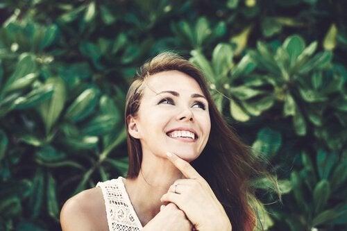 Kvinne som smiler.