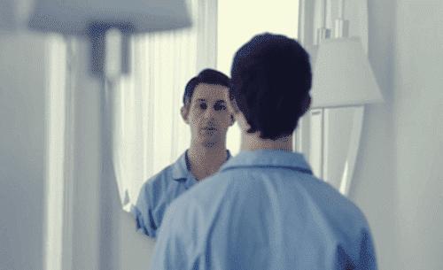 Eksponeringsterapi med speil går ofte hånd i hånd med å ta kontroll over følelser og negative tanker.