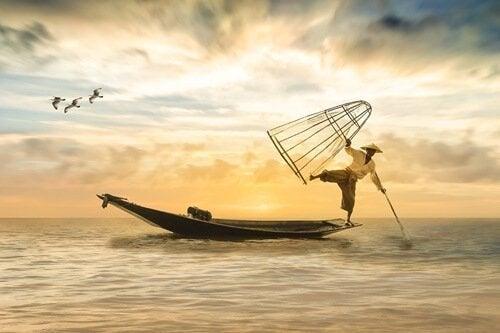 Mann balanserer på båt.