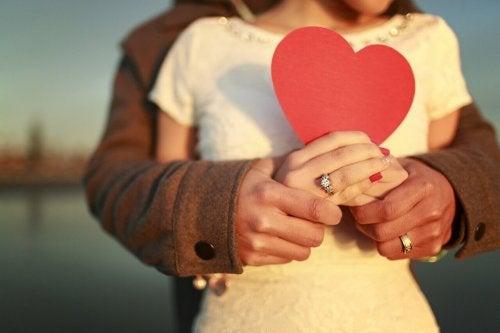 Par som holder et hjerte.