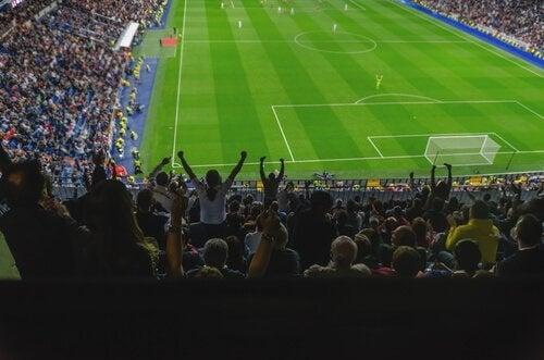 Personer på fotballkamp.